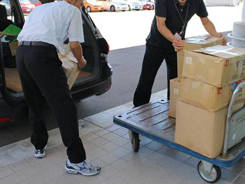 障碍者施設にコルク栓を搬入