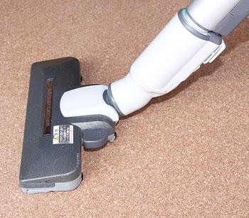 ほこりが舞わず、コルクマットは掃除しやすい